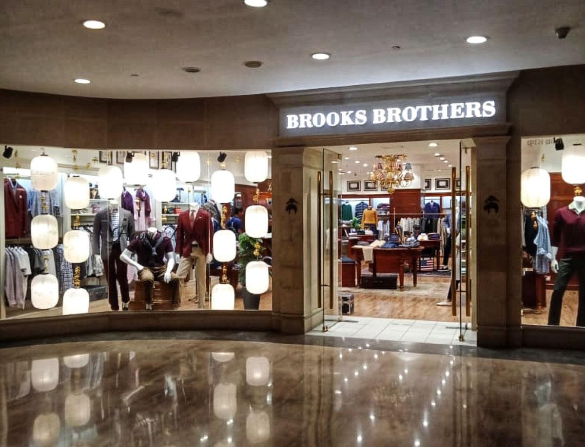 BROOKS BROTHERS FESTIVE WINDOW DISPLAY