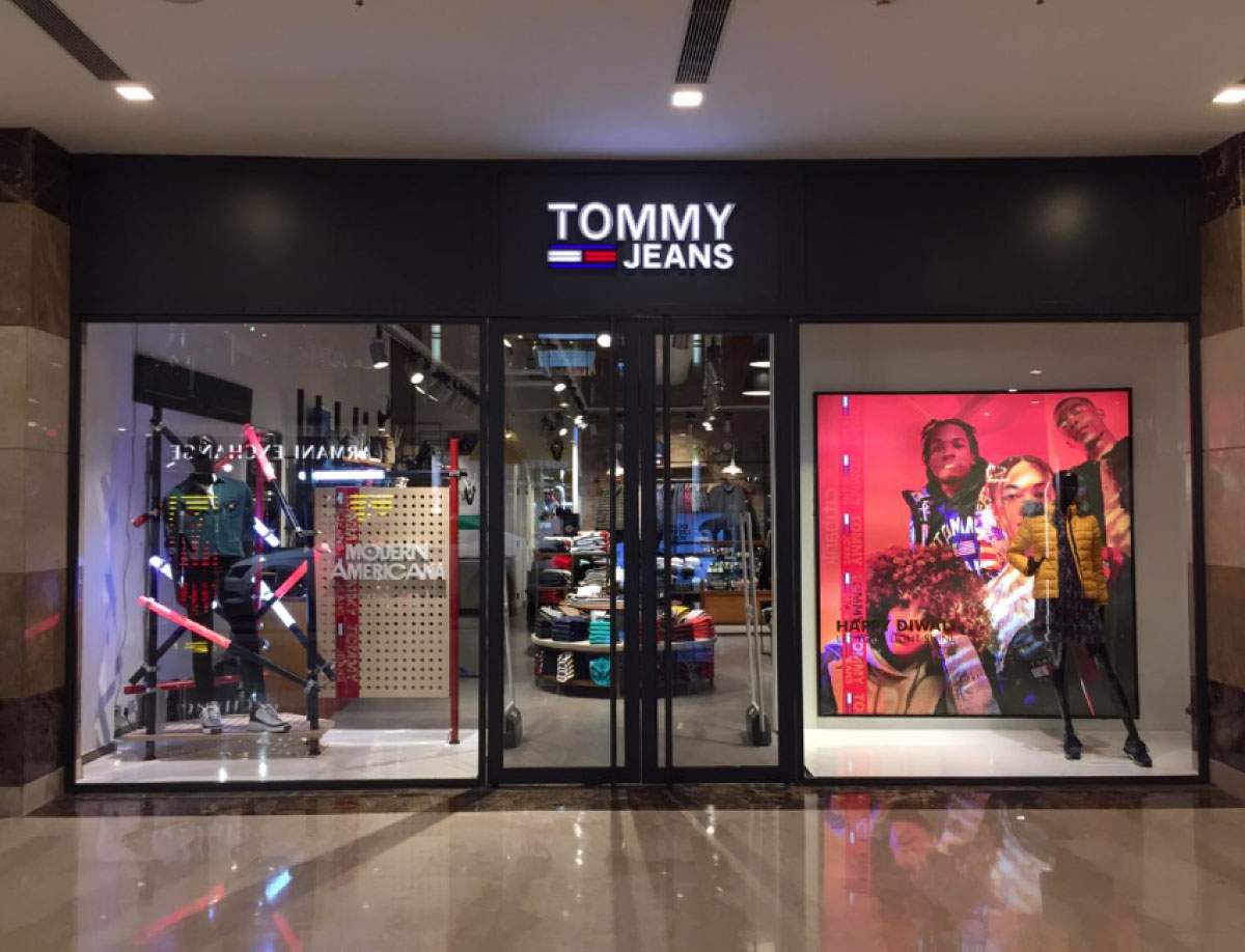 TOMMY JEANS FALL WINDOW DISPLAY